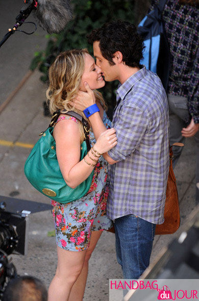 Hilary Duff on set of Gossip Girl with Mulberry Mitzy hobo
