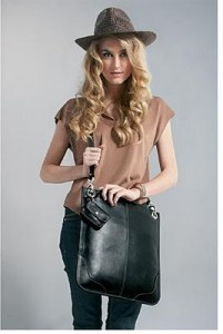 Aspinal of London Chelsea Messenger Bag giveaway (via Shopping and Info)
