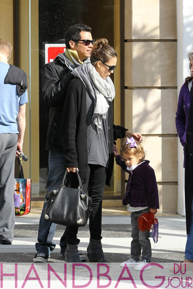 Jessica-Alba-Cash-Warren-Honor-Viktor-&-Rolf-'Just-in-Case'-bag-3
