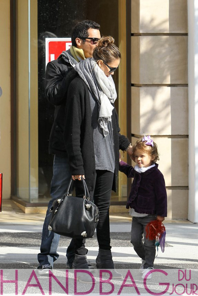 Jessica-Alba-Cash-Warren-Honor-Viktor-&-Rolf-'Just-in-Case'-bag-4