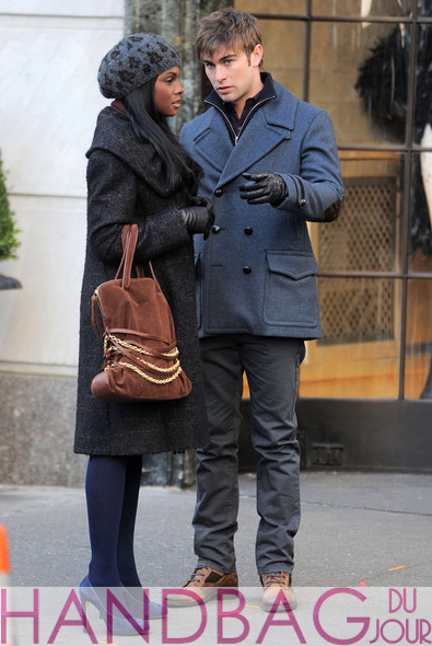 Tika-Sumpter-and-Chace-Crawford-on-set-of-Gossip-Girl-brown-suede-chain-belt-bag-1