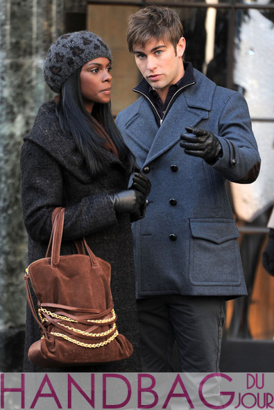 Tika-Sumpter-and-Chace-Crawford-on-set-of-Gossip-Girl-brown-suede-chain-belt-bag-3