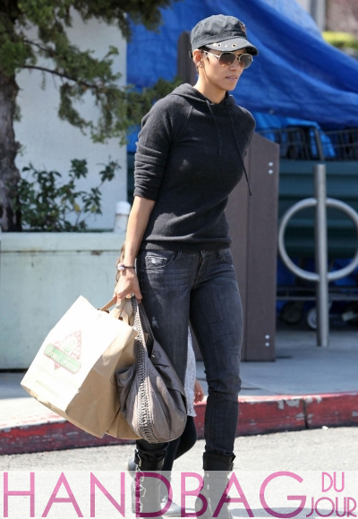 Guess-her-bag---Halle-Berry-1