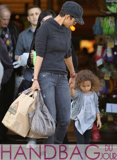 Guess-her-bag---Halle-Berry