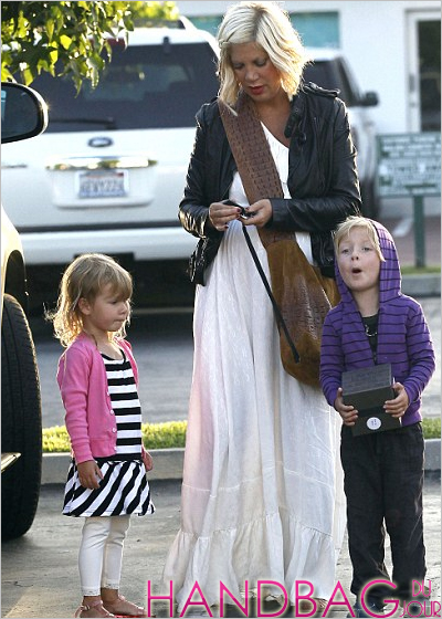Tori-Spelling-crossbody-croc-bag-Malibu-Country-Mart