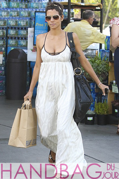 Halle-Berry-grocery-shopping-in-Los-Angeles