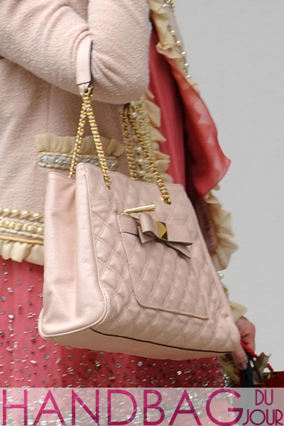Leighton-Meester-on-set-of-Gossip-Girl-close-up-of-pink-Marc-Jacobs-Swing-tote-3