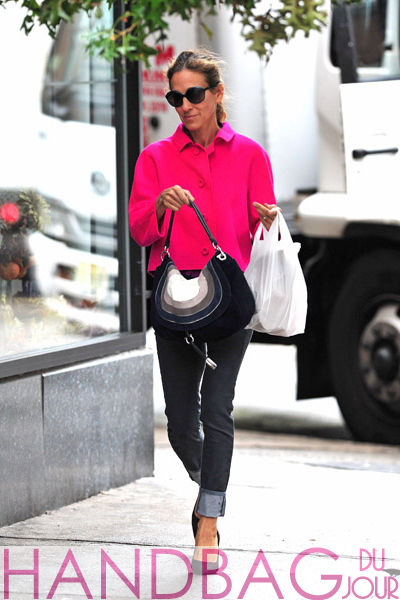 Sarah-Jessica-Parker-seen-walking-in-the-West-Village-on-September-20,-2011-in-New-York-City-with-a-blue-white-grey-flap-hobo-bag