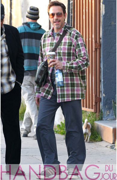 Robert-Downey-Jr.-is-seen-in-Venice-Beach-on-December-1,-2011-in-Los-Angeles,-California.-manbag